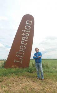 Michel Bongers poseert bij de Vleugel