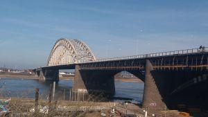 Uitzicht over de waalbrug vanuit infocentrum
