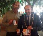 Burgemeester Marcouche is zichtbaar blij met de Marigold zaden, symbool voor burgers.