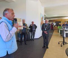 IMG_0678-Ed biedt de burgemeester het RK-boek aan